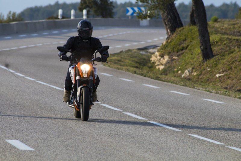 motard qui roule après obtention du permis moto